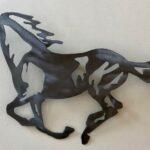 Cavalo a galope – painel de metal para casa de campo ou fazenda