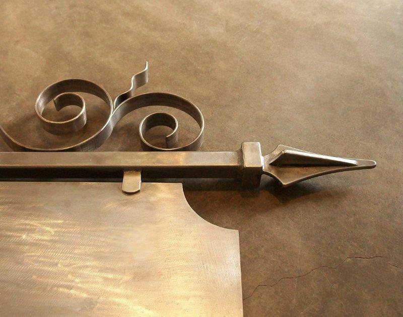 Suporte de ferro com ponta de lança
