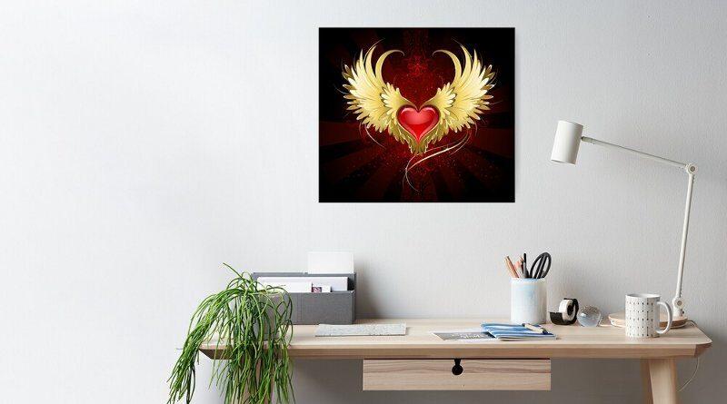 Escultura metálica de coração com asas