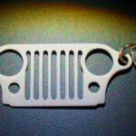 Chaveiro com a icônica grade frontal do jipe Willys em miniatura