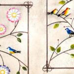 Painel tropical com flores e pássaros pousados em galhos de aço